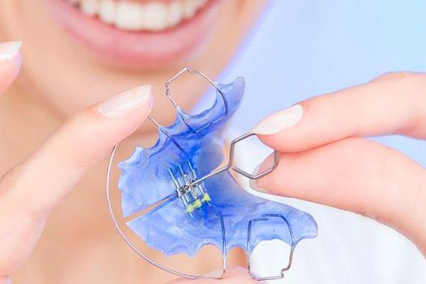Ортодонтическая пластина с ключом для вращения винта